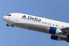 Delta Air Lines Boeing 767 décollant de l'aéroport international de Los Angeles Photographie stock