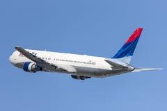 Delta Air Lines Boeing 767, das von internationalem Flughafen Los Angeless sich entfernt stockfotografie