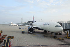 Delta Air Lines Boeing-777 en Hong Kong International Airport Fotos de archivo libres de regalías