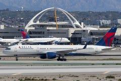 Delta Air Lines Boeing 757 flygplan på Los Angeles den internationella flygplatsen Fotografering för Bildbyråer
