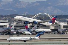 Delta Air Lines Boeing 757 flygplan på Los Angeles den internationella flygplatsen Arkivbilder
