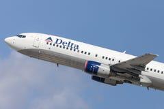 Delta Air Lines Boeing 737-800 flygplan som tar av från Los Angeles den internationella flygplatsen Arkivfoton