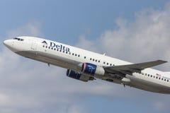 Delta Air Lines Boeing 737-800 flygplan som tar av från Los Angeles den internationella flygplatsen Arkivbild