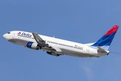 Delta Air Lines Boeing 737-800 flygplan som tar av från Los Angeles den internationella flygplatsen Royaltyfria Foton