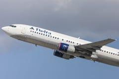 Delta Air Lines Boeing 737-800 flygplan som tar av från Los Angeles den internationella flygplatsen Arkivfoto