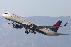 Delta Air Lines Boeing 757 flygplan som tar av från Los Angeles den internationella flygplatsen Arkivfoton