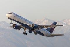Delta Air Lines Boeing 757 flygplan som tar av från Los Angeles den internationella flygplatsen Arkivbild