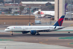Delta Air Lines Boeing 757-232 N663DN, das bei San Diego International Airport ankommt lizenzfreies stockfoto
