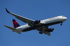 Delta Air Lines Boeing 767 que desce para aterrar no aeroporto internacional de JFK em New York Fotos de Stock
