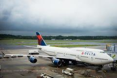 Delta Air Lines Boeing 747-451 som bogseras på den Narita flygplatsen, Japan Royaltyfri Foto