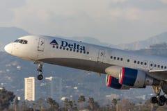 Delta Air Lines Boeing 757 som tar av från Los Angeles den internationella flygplatsen Royaltyfria Foton