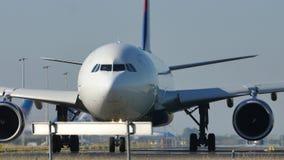 Delta Air Lines die op Schiphol Luchthaven, AMS taxi?en stock video