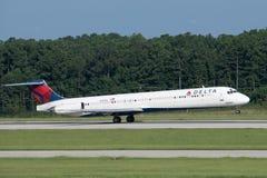 Delta Air Lines McDonnell Douglas MD-88 entfernt sich stockbilder