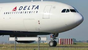 Delta Air Lines que lleva en taxi en el aeropuerto de Schiphol, AMS almacen de metraje de vídeo