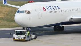 Delta Air Lines que lleva en taxi en el aeropuerto de Schiphol, AMS almacen de video
