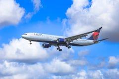 Delta Airbus debajo de los cielos dramáticos Fotografía de archivo