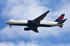 Delta airline. Boeing 767 of Delta airline ready to land Royalty Free Stock Photos