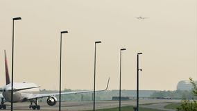 Delta Airlines делая такси в авиапорте Франкфурта, FRA сток-видео