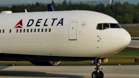 Delta Airlines строгает делающ такси на взлётно-посадочная дорожка в авиапорте Франкфурта, FRA