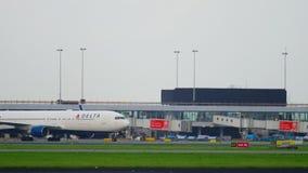 Delta Airlines Boeing 767 som åker taxi, når att ha landat arkivfilmer