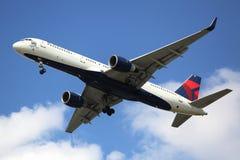 Delta Airlines Boeing 757 som stiger ned för att landa på den internationella flygplatsen för JFK i New York Arkivfoto