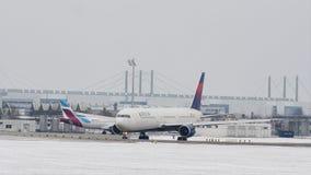 Delta Airlines in de Luchthaven van München, sneeuw stock video