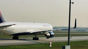 Delta Airlines die in de Luchthaven van Frankfurt, FRA taxi?en Close-upmening van cabinepersoneel stock video