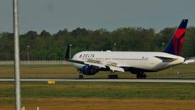 Delta Airlines echa en chorro haciendo el taxi en el aeropuerto de Francfort, FRA almacen de video