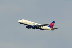 Delta Airlines Embraer 175 à l'aéroport de Boston Photos libres de droits