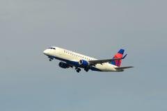 Delta Airlines Embraer 175 à l'aéroport de Boston Image stock