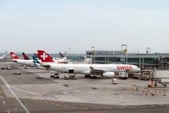 Delta Airlines et Swiss Airlines sur le terminal d'aéroport de JFK Image libre de droits