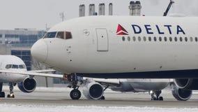 Delta Airlines, grote vogel, die taxi in de Luchthaven van München, sneeuw doen stock videobeelden