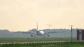 Delta Airlines-Luchtbus 330 die landen stock videobeelden