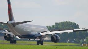 Delta Airlines-Luchtbus 330 die landen stock footage