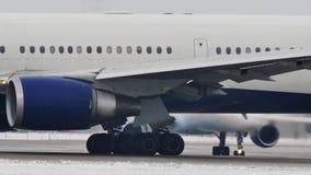 Delta Airlines, pájaro grande, haciendo el taxi en el aeropuerto de Munich, nieve almacen de metraje de vídeo