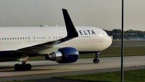 Delta Airlines que hace el taxi en el aeropuerto de Francfort, FRA metrajes