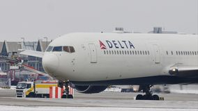 Delta Airlines que hace el taxi en el aeropuerto de Munich, nieve