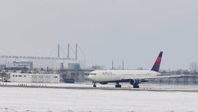 Delta Airlines que saca del aeropuerto de Munich, nieve almacen de metraje de vídeo