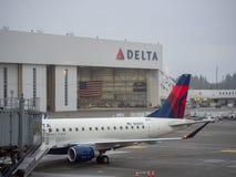 Delta Airlines samolot przy Seattle Tacoma lotniska międzynarodowego śmiertelnie i wieszak zdjęcie royalty free