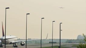 Delta Airlines som gör taxien i den Frankfurt flygplatsen, FRA stock video