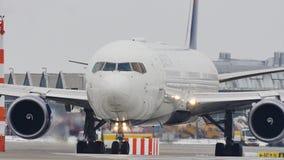Delta Airlines som gör taxien i den Munich flygplatsen, snö arkivfilmer
