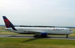 Delta Airlines spiana sulla pista pronta a decollare per un viaggio lungo fotografie stock