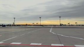 Delta Airlines-vliegtuig in de Luchthavenlading van Frankfurt stock footage