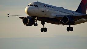 Delta Airlines-vliegtuig die op een baan landen stock afbeelding