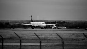 Delta Airlines-vliegtuig op de Zwart-witte baan royalty-vrije stock fotografie