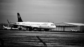 Delta Airlines-vliegtuig op de Zwart-witte baan royalty-vrije stock foto