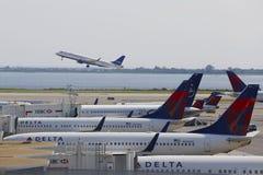 Delta Airlines-vliegtuigen bij de poorten bij Terminal 4 in John F Kennedy International Airport stock afbeelding