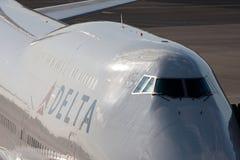 DELTA Boeing 747 en el AEROPUERTO de NARITA foto de archivo libre de regalías