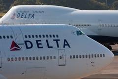 DELTA Boeing 747 en el AEROPUERTO de NARITA fotografía de archivo libre de regalías