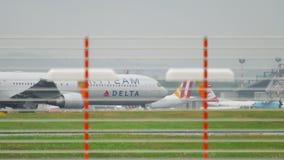 Delta Boeing 767 che rulla archivi video